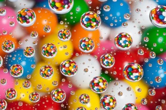 ガラス越しの水滴に写るカラフルチョコ