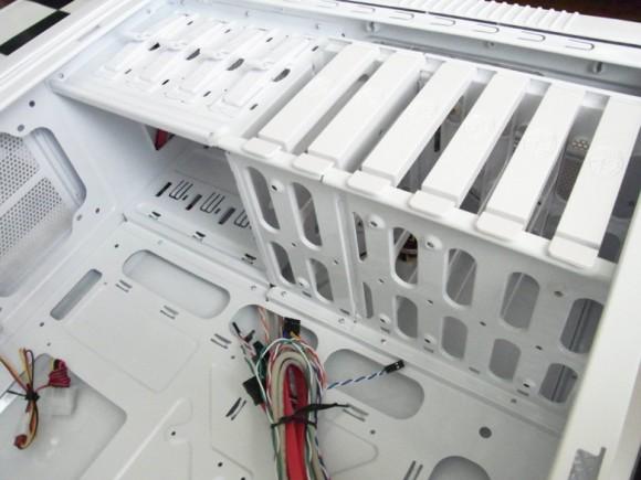 内部のベイ(CoolerMaster CM 690 II Plus White)