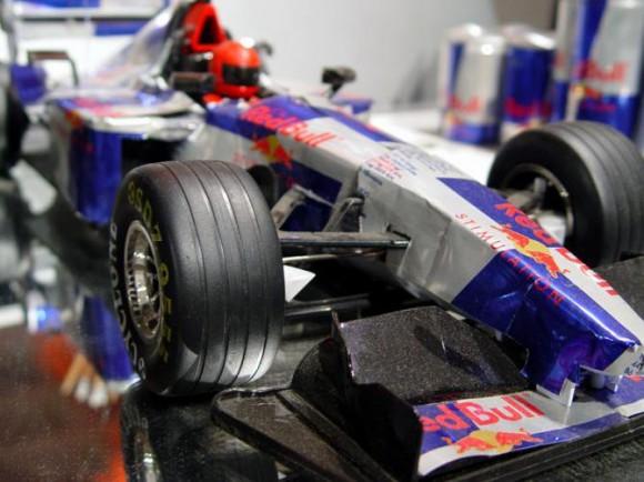 レーシングカー レッドブルの空缶アート