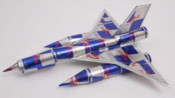 戦闘機 レッドブルの空缶アート