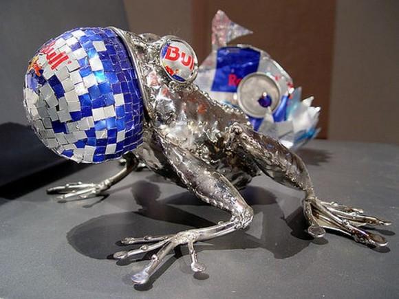 カエル レッドブルの空缶アート