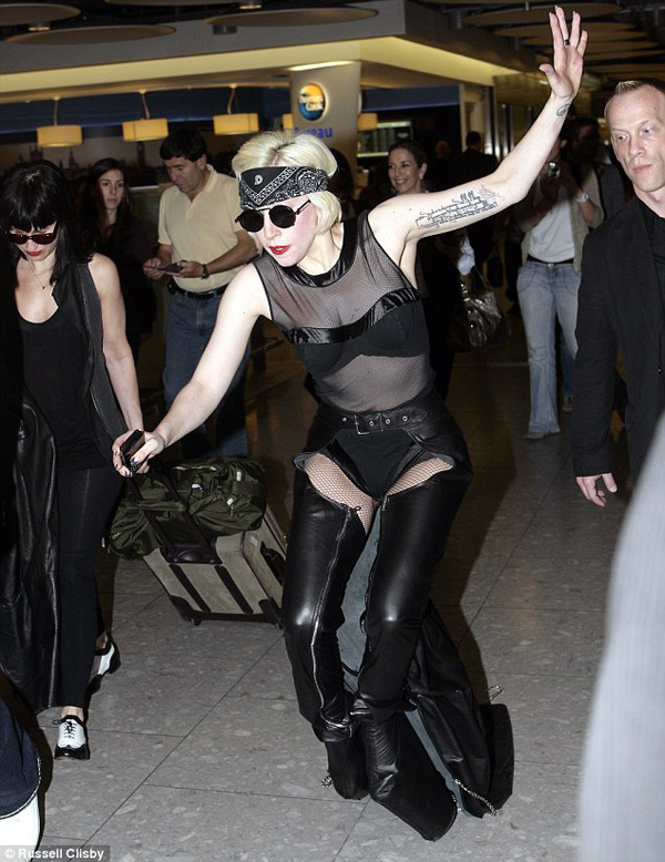 lady-gaga-falling-down-in-london-picture