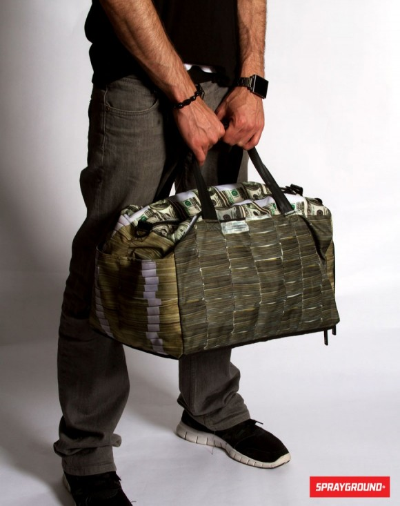 ドル札のバッグを持った写真