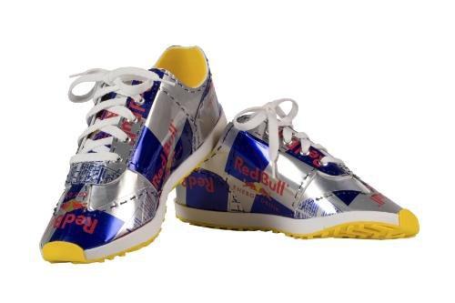 靴 レッドブルの空き缶を使ったアート