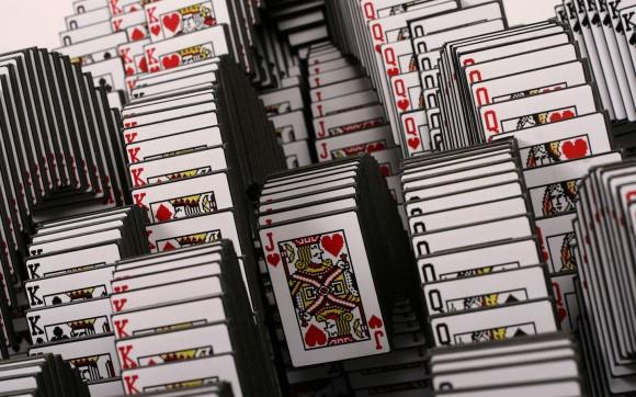 ソリティアのカードが重なって落ちてくるシーン