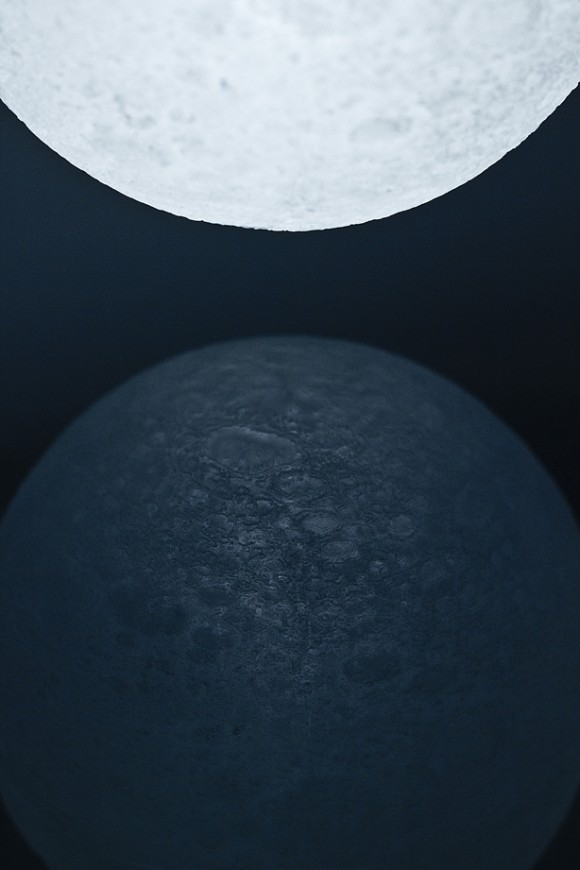 JAXAの衛星「かぐや」からの3Dデータを元に再現したLEDライト