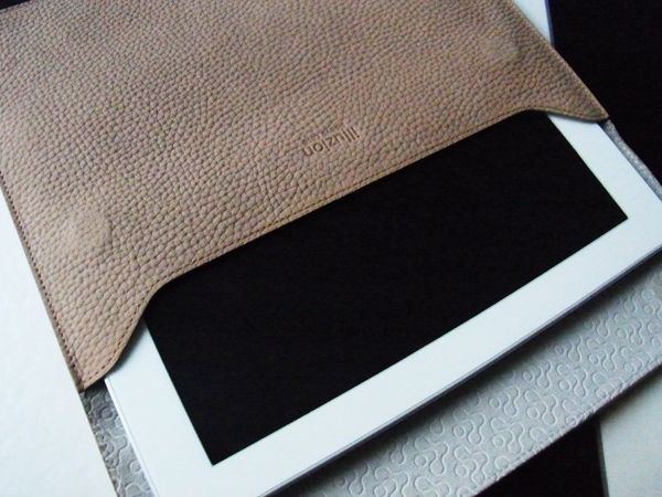 iPadと本革スリーブケース