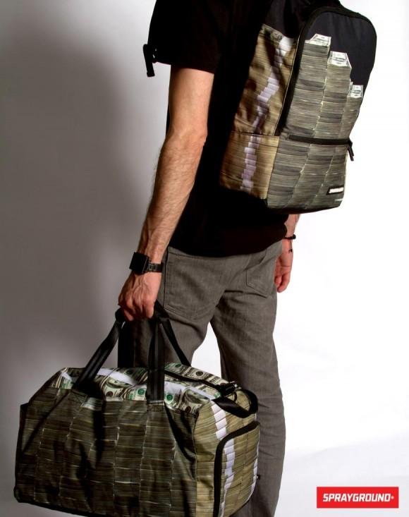 大金を持ち運んでいるかのようなバックパックとダッフルバッグ