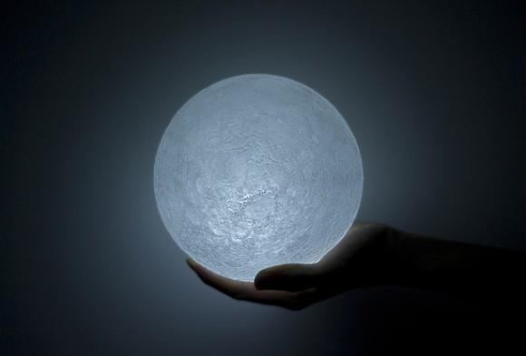 月を再現したLEDライト