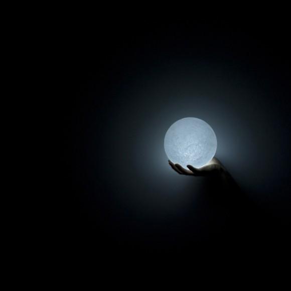 月のクレーターを再現したLED