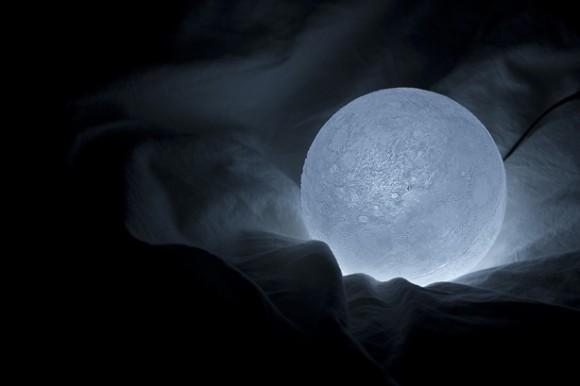 月のクレーターまで細かく再現したLEDライト